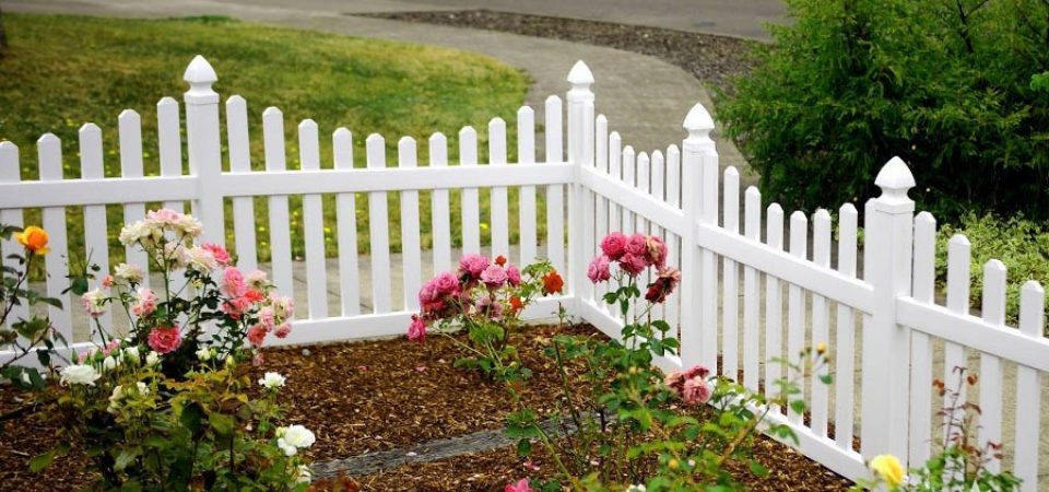 Front landscaping vinyl fence with dog ear pickets
