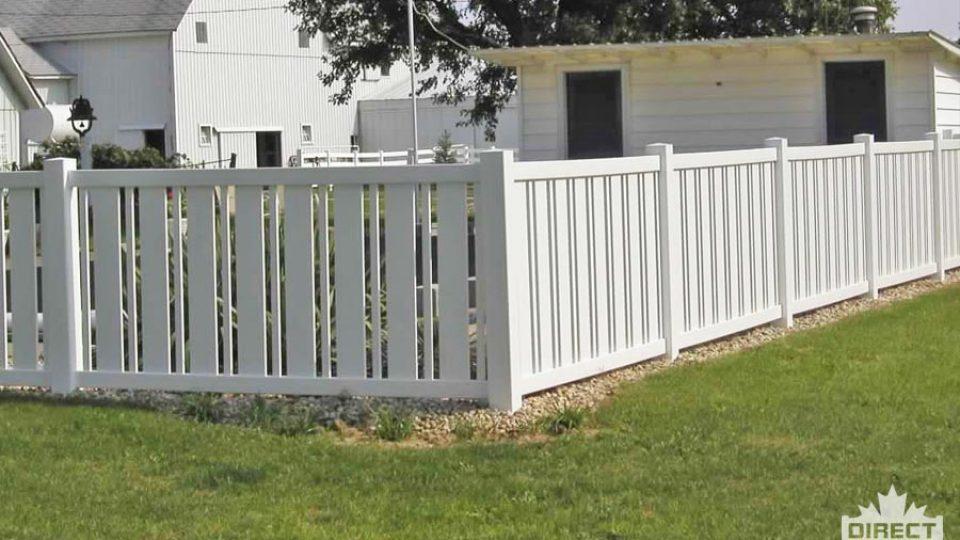 PVC fence with alternating slat sizes