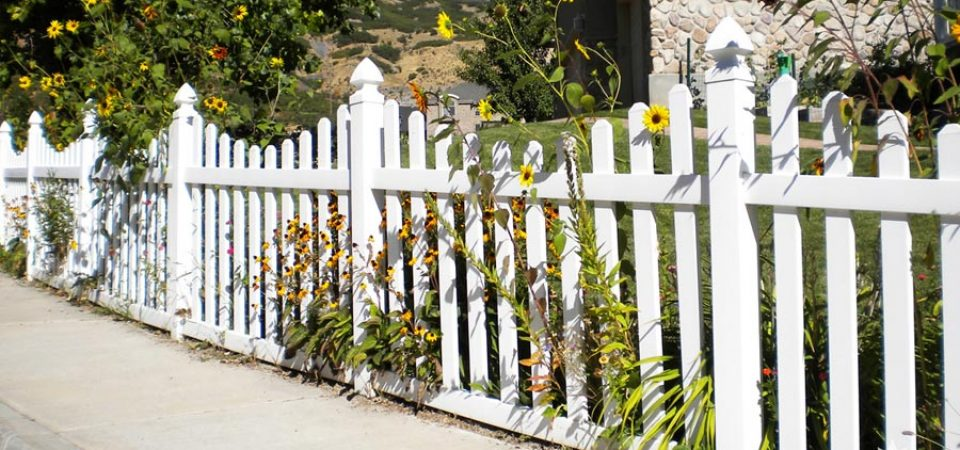 Scalloped vinyl picket fence with dog ears
