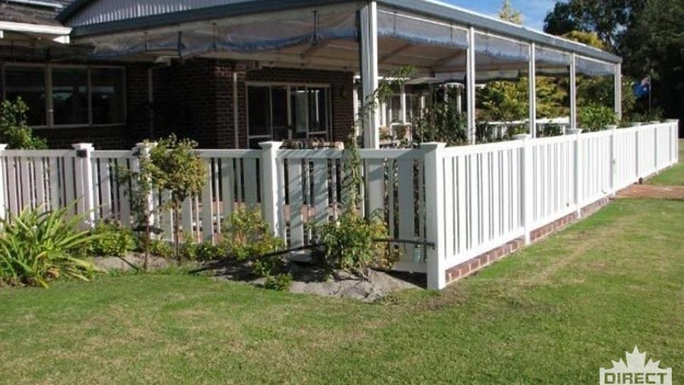 Vinyl fence with alternating pickets wide and narrow